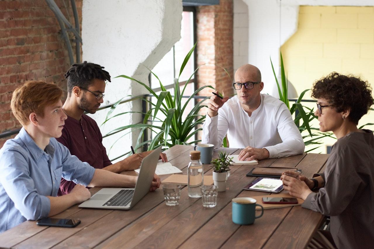 Personnes autour d'un bureau en train de brainstormer